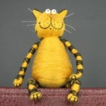 Make your own funny cat of corks, wire and threads. A simple souvenir
