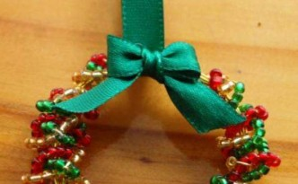 Diy is fun 4 do it yourself creative ideas for handmade christmas decorations mini wreath of beads solutioingenieria Image collections