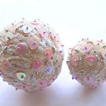 Christmas decoration ideas: balls of bead and lace